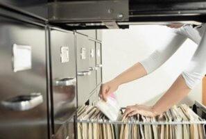 Исправление даты приема на работу в трудовой книжке: как правильно осуществить?