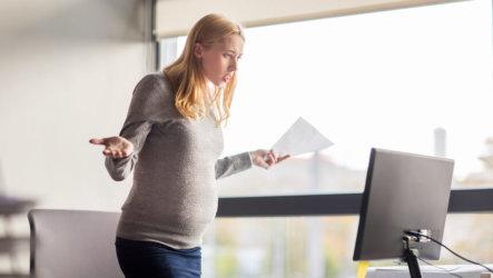Увольнение беременной женщины по срочному трудовому договору: как отстоять свои права?