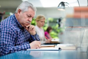 Выплаты при увольнении пенсионера по собственному желанию: что нужно знать обеим сторонам трудовых взаимоотношений, чтобы избежать проблем