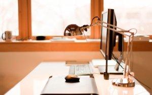 Освещение рабочего места за компьютером, его правила и ошибки